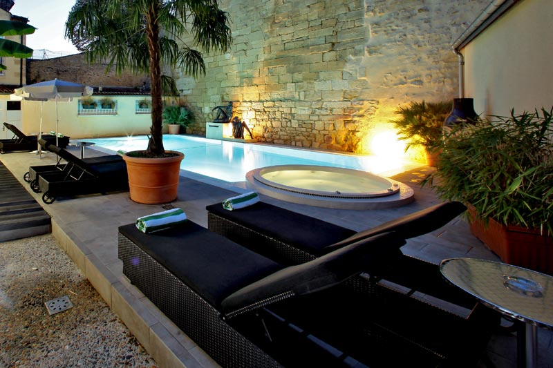 HEATED SWIMMING POOL & JACUZZI